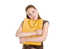 Großes gelbes Paket der Frauenumarmung mit Geschenk Stockfotografie