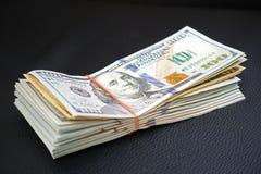 Großes Geld von US-Dollar Banknoten für Finanzhintergrund stockfotografie