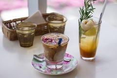 Großes Getränk an einem annehmbaren Café stockbild