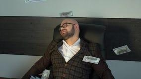 Großes Gewinnen! Zeitlupe-Porträt des sehr glücklichen erfolgreichen zujubelnden Mann-werfenden Geldes oben, steigende feiernde H stock video footage