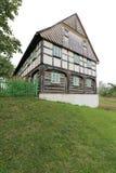 Großes gezimmertes Haus auf dem steilen Hang Stockbilder