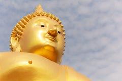 Großes goldenes Buddha-Bild bei Wat Muang Muang Buddhist Temple, Ang Thong, Thailand Lizenzfreie Stockfotografie