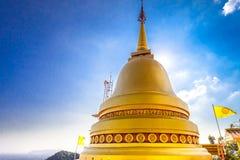 Großes goldenes Stupa eines buddhistischen Tempels thailand Lizenzfreie Stockfotos