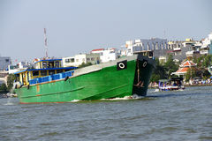 Großes grünes Frachtboot Lizenzfreie Stockfotos