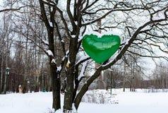 Großes grünes Herz auf dem Holz, Erhaltung der Natur, Ökologie Lizenzfreie Stockbilder