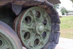 Großes grünes Rad des gepanzerten Behälters Stockbild
