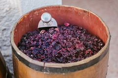 Großes hölzernes Fass voll Tee carcade auf Markt für Verkauf stockfotos