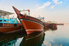 Großes hölzernes Frachtboot im blauen Wasser Stockfoto