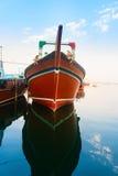 Großes hölzernes Frachtboot im blauen Wasser Lizenzfreies Stockfoto