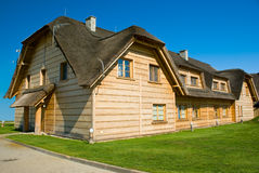 Großes hölzernes Haus mit Strohdach Lizenzfreie Stockfotografie