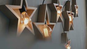 Großes hölzernes Sternglühen mit vielen Lichtern Schöner Dekor, Design Weihnachten ist ein Feiertag Fünf Sterne von 5 Sternen stock footage