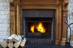 Großes Hausfeuer, das im Kamin brennt Stockfotos