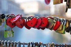 Großes Herzvorhängeschloß auf dem Brückenzaun Stockbilder