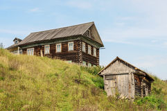 Großes Holzhaus auf dem Hügel im Land Stockbild
