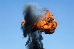 Großes industrielles Feuer mit dickem schwarzem Rauche Stockbild
