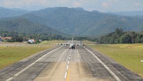 Großes königliches thailändisches Luftwaffenflugzeug, das von der Mae Hong Son-Flughafenrollbahn sich entfernt stock footage