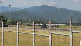 Großes königliches thailändisches Luftwaffenflugzeug, das von der Mae Hong Son-Flughafenrollbahn sich entfernt stock video footage