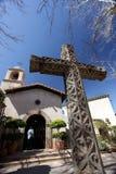 Großes Kreuz und Auftrag reden Kirche an Stockfotos