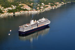 Großes Kreuzer-Schiff in der Bucht von Kotor Stockfotografie