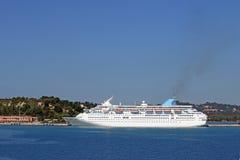 Großes Kreuzerschiff in Hafen Korfu-Insel Lizenzfreie Stockfotos