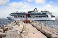 Großes Kreuzfahrt Juwel der Meere, die den Hafen verlassen stockbilder
