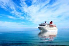 Großes Kreuzfahrtschiff moord im Mittelmeer stockbild