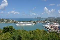 Großes Kreuzschiff, das in Hafen von Castries St Lucia kommt Stockbild