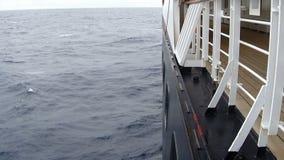 Großes Kreuzschiff in hoher See Wellen, die auf der Seite des Schiffs spritzen stock video footage