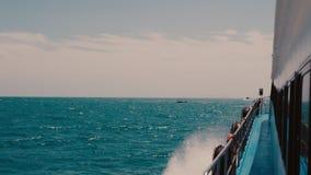 Großes Kreuzschiff in hoher See Wellen, die auf der Seite des Schiffs spritzen in 4k stock video footage