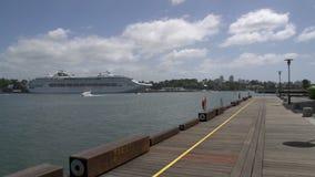 Großes Kreuzschiff im Hafen nah an ANZAC Bridge in Sydney stock footage