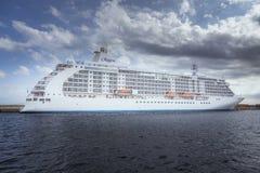 Großes Kreuzschiff im Hafen Palamos in Spanien, sieben Meere Reisende Lizenzfreies Stockbild