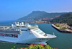 Großes Kreuzschiff kommt Kaohsiungs-Hafen Lizenzfreies Stockbild