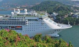 Großes Kreuzschiff kommt Kaohsiungs-Hafen Stockfotografie