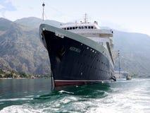 Großes Kreuzschiff machte in Kotor-Hafen fest, der von der Front gesehen wurde lizenzfreie stockfotos