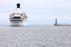 Großes Kreuzschiff in Meer in Gdynia Polen stockbild
