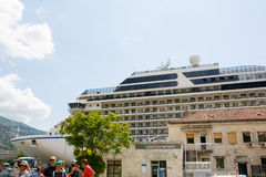 Großes Kreuzschiff Riviera in Bucht Boka Kotorska Stockbild