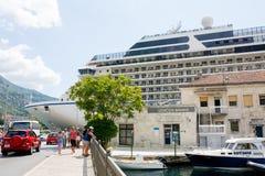 Großes Kreuzschiff Riviera in Bucht Boka Kotorska Stockbilder