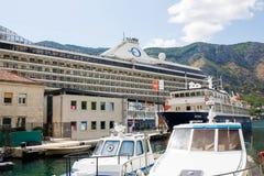 Großes Kreuzschiff Riviera in Bucht Boka Kotorska Stockfoto