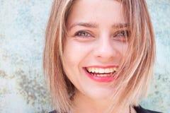 Großes Lächeln vom glücklichen blonden Mädchen Stockbilder