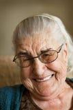 Großes Lächeln von der Großmutter Lizenzfreies Stockfoto