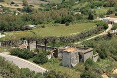 Großes Landhaus in den Ruinen mit Vogel ` s Augenansicht lizenzfreie stockfotografie