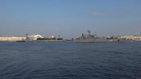 Großes Landungsschiff 'Minsk 'und U-Boot-Abwehrschiff 'Kazanets ' St Petersburg stock video footage