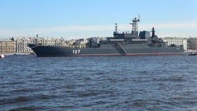 Großes Landungsschiff ` Minsk-` auf dem Neva-Fluss Vorbereitung für Marine-Tag in St Petersburg stock video
