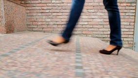 Großes, langbeiniges Mädchen läuft die Stadt 5 durch Stockbild
