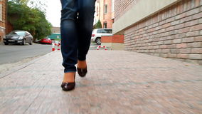Großes, langbeiniges Mädchen läuft die Stadt 6 durch Stockbild