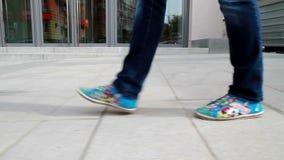 Großes, langbeiniges Mädchen läuft die Stadt 7 durch stock footage