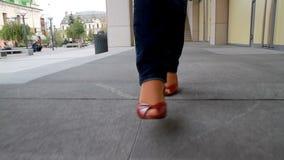 Großes, langbeiniges Mädchen läuft die Stadt 8 durch Stockbild