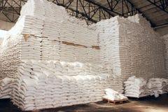 Großes Lebensmittellager mit Zuckersäcken Stockbilder
