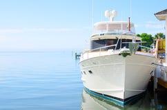 Großes leistungsfähiges Traumyachtboot am Dock Lizenzfreie Stockfotos