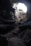 Großes Loch auf Decke der felsigen Höhle Stockfotos